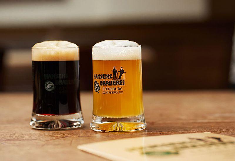 bier von frau serviert